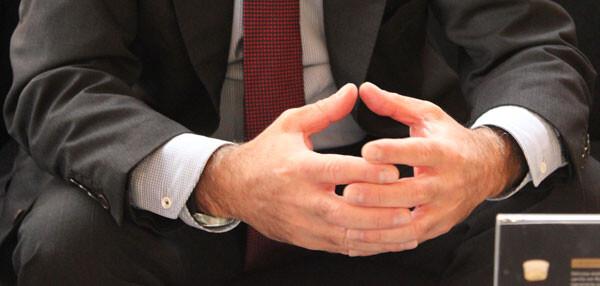 Las manos de Alfonso Novo expresan la cohesión que desea en el PP de Valencia. Foto: Javier Furió