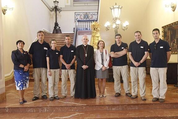 Profesores y estudiantes posan con el prelado de la diocésis valentina/Carlos Osoro