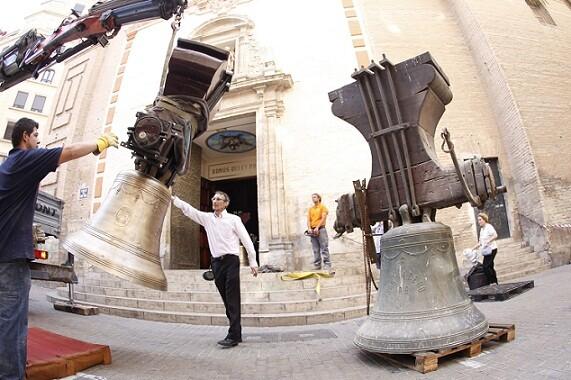 El párroco José Verdeguer contempla la bajada de las campanas, entre ellas las de más peso/a.saiz