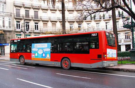 Un bus de la EMT circula por la Gran Vía