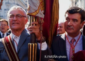 El alcalde de Valencia portando la Senyera.