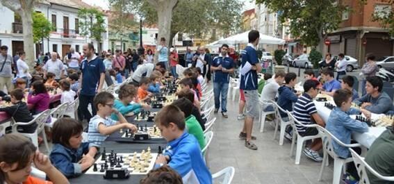 Niños valencianos practicando el juego limpio, a través del rey de los juegos