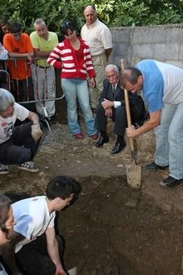 Trabajos de localización, identificación y exhumación de restos en una fosa común.