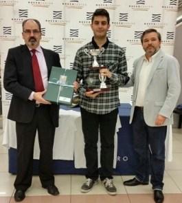El campeón del torneo junto a Paco Cuevas presidente de la FACV y David Mazcuñan jefe de relaciones publicas de Nuevo Centro.