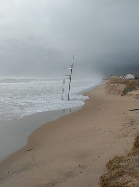 El temporal en las playas Garrofera dejó muchos daños.