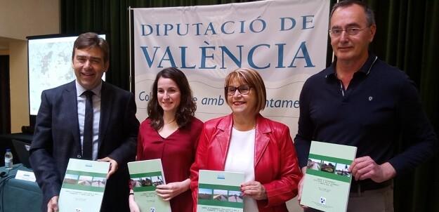 La diputada Conxa Garcia, con los autores del monográfico, José Luis Romero, María Herranz y José Llop.