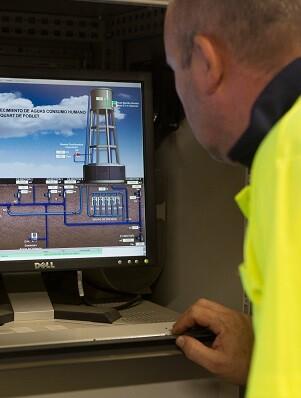 Operador revisando el rendimiento hídrico de Quart.