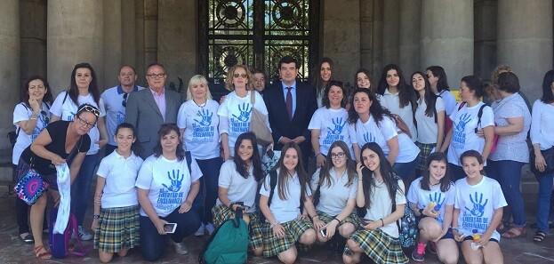 Giner juntos a jóvenes a favor de la elección libre en la educación.