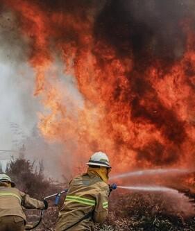 Los bomberos luchan contra las llamas.