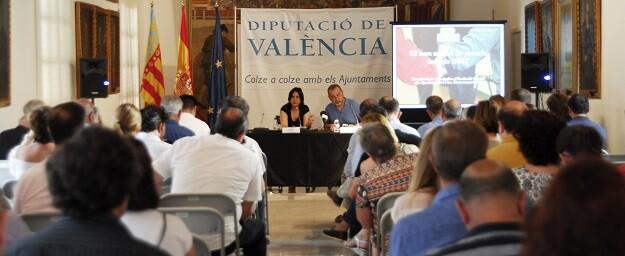 La diputada de Inclusión Social, Rosa Pérez Garijo, con el jefe de la sección de Programas de Inclusión Social, Paco Andrés.