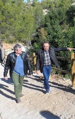 Josep Bort junto al alcalde de Benissoda, José Miguel Lluch, durante la visita a las actuaciones realizadas.