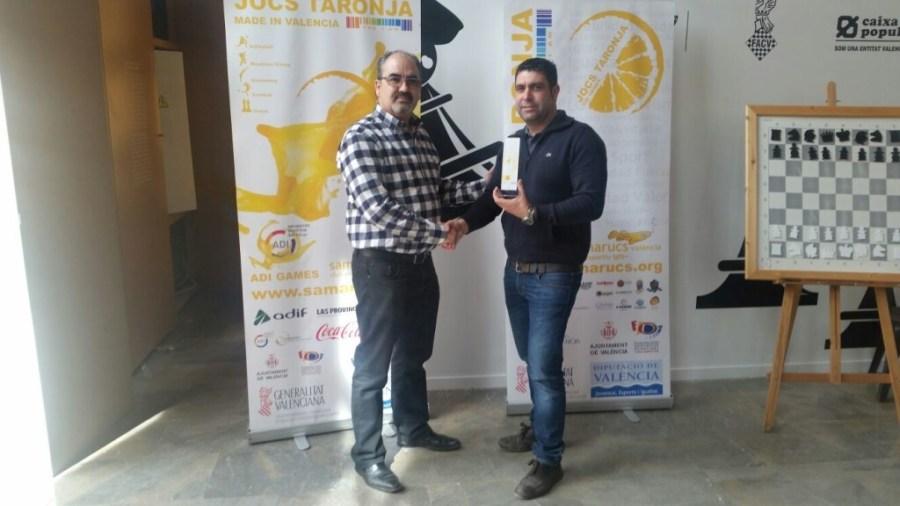 El Primer clasificado no federado de la edición pasada Román Beltrán junto a Francisco Cuevas, presidente de FACV