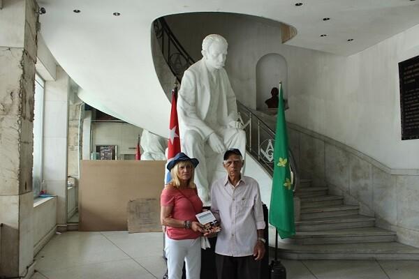 Conxa Pradera haciendo entrega de un ejemplar de `Cada mirada es única` en la Biblioteca de La Gran Logia de Cuba.