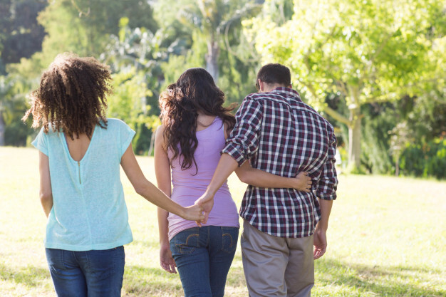man-being-unfaithful-in-the-park_13339-203559