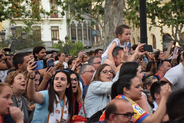 El Valencia C.F. presenta la Copa a la patrona, autoridades locales y a la afición en el Ayuntamiento (44)