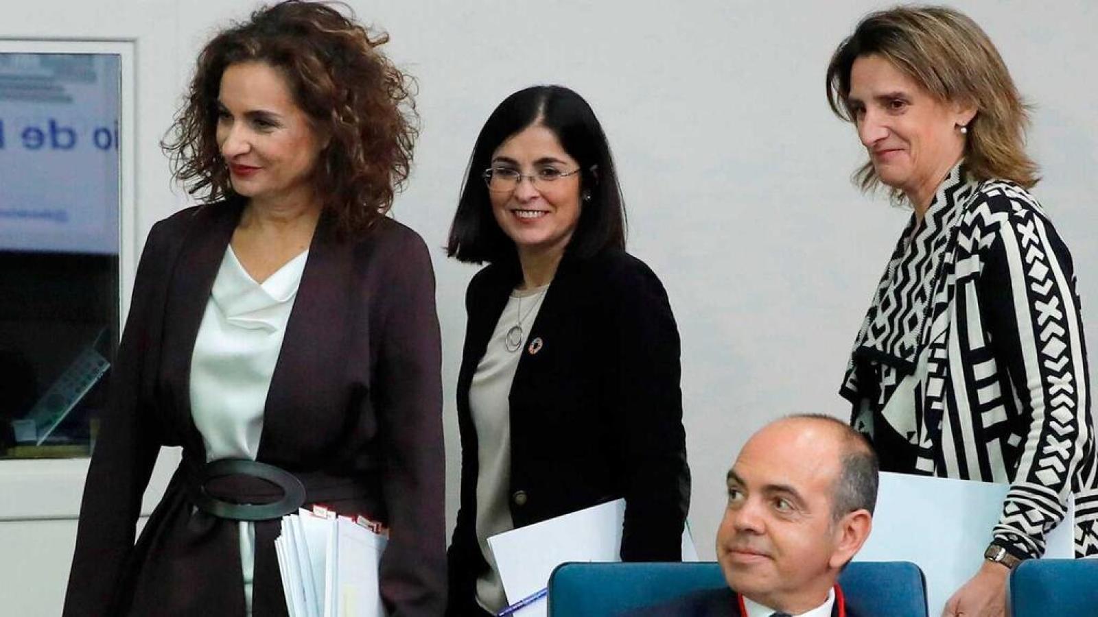 De izquierda a derecha, la ministra de Hacienda y Portavoz del Gobierno, María Jesús Montero, la vicepresidenta para la Transición Ecológica y el Reto Demográfico, Teresa Ribera y la ministra de Política Territorial y Función Pública, Carolina Darias.J C HIDALGO