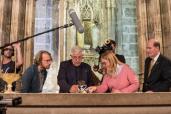 Dr. Jaime Sancho y la Dra. Mafé en la Capilla de Santo Cáliz de la Catedral de Valencia junto al Dr. Hesmann. Fotografía Guillermo Aguilar. (Mediano)