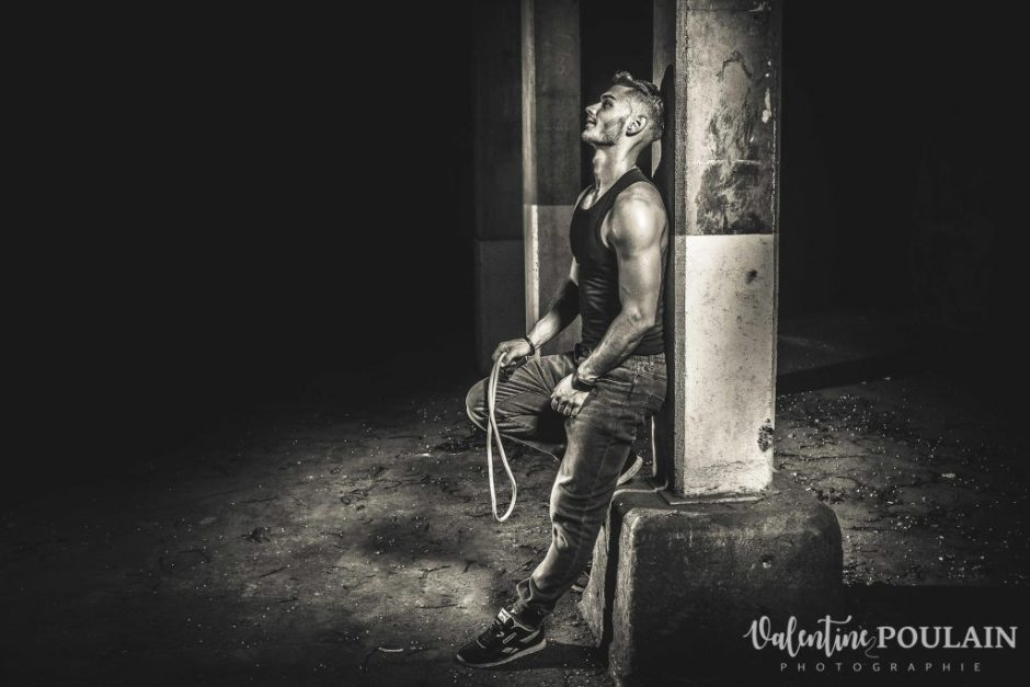 Shooting fitness musculation pose - Valentine Poulain