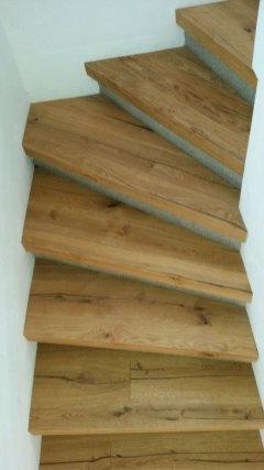 Cage d'escalier réalisée avec le même parquet