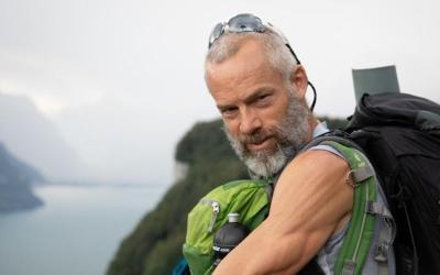 Atteint de la maladie de Parkinson, il parcourt plus de 1'000km dans les Alpes suisses