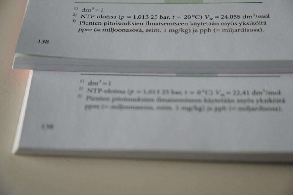 NTP-olosuhteiden määritelmä ja moolitilavuus uusimmassa ja sitä edellisessä MAOLin taulukkokirjassa.