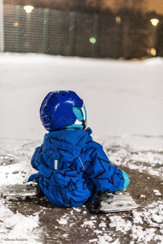 Innokas, pieni luistelija. Ensimmäistä kertaa tänä talvena jäällä. Hengähdystauko.
