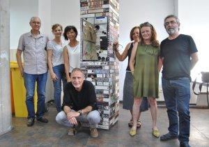 Los participantes en el taller, junto a una de sus creaciones.