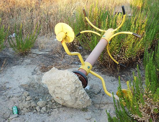 Curioso aparato especial para aizkolaris. Para hacer ejercicio es preciso levantarlo y soltarlo como quien no quiere la cosa; totalmente desaconsejado para personas sensibles. (© Foto: D. CÁMER / Vallecasweb.com)