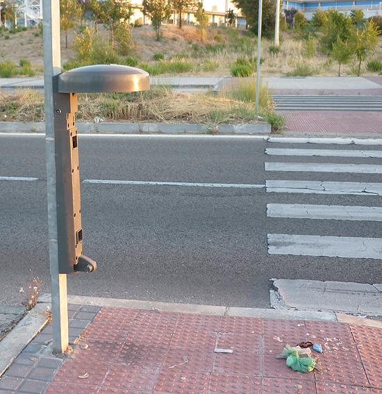 """Una de las pocas papeleras que no están """"llenas"""" de basura, del modelo """"invisible"""". En el suelo, unas bolsas con caquitas de perro nos recuerdan que hay vida en la Gran Vía del Este. (© Foto: D. CÁMER / Vallecasweb.com)"""