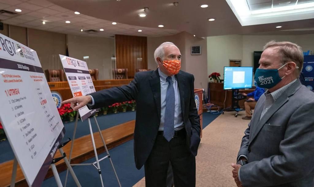 UTRGV President Guy Bailey talks with McAllen Mayor Jim Darling about the university's achievements and accolades. (Photo Paul Chouy, UTRGV)