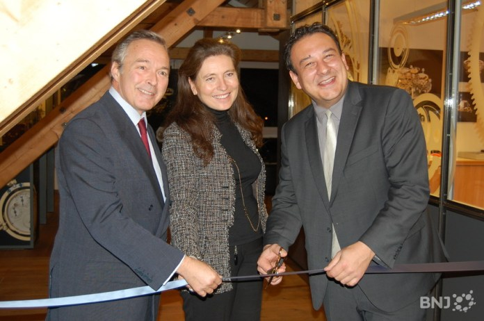 Le co-président de Chopard Karl-Friedrich Scheufele, son épouse Christine et le conseiller d'Etat neuchâtelois Jean-Nat Karakash coupent le ruban.