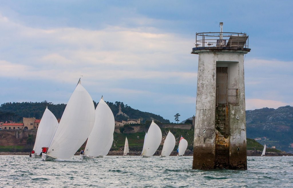 2017-03-25 – La flota de J80 a punto de virar el faro de San Juan – Foto © Rosana Calvo