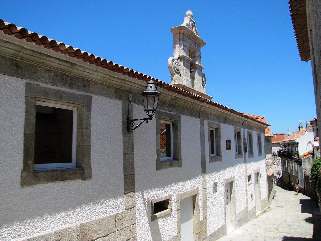 1707014 Fachada da Biblioteca Pública Municipal de Baiona pola rúa Manuel Valverde_01