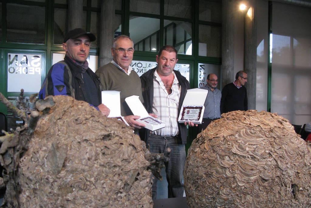 NIGRÁN RECOÑECE A TRES VECIÑOS APICULTORES POLA SÚA LOITA CONTRA A VESPA VELUTINA