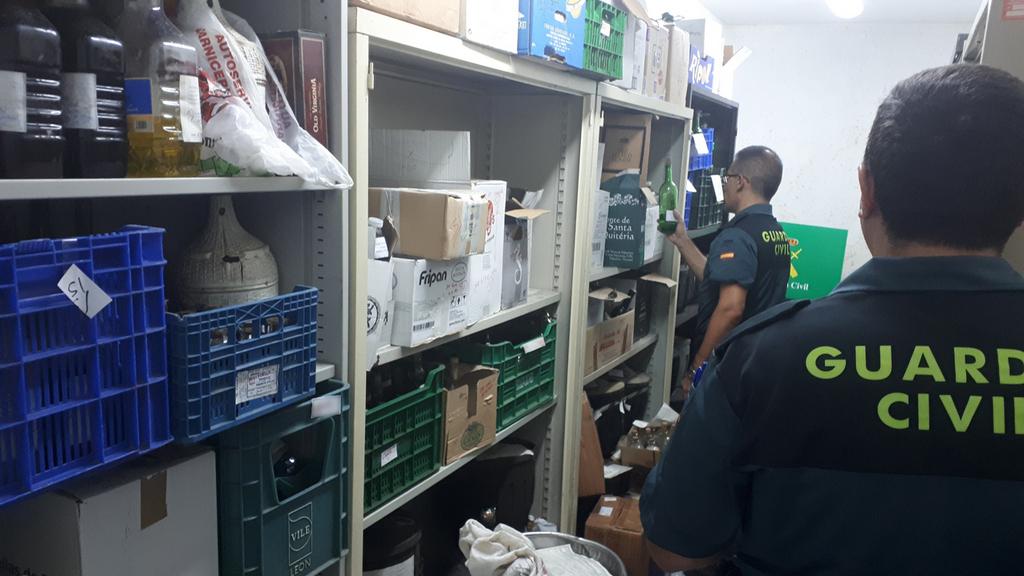 RETIRAN MÁIS DE 7.000 LITROS DE LICORES DEPOSITADOS NA COMANDANCIA DA GARDA CIVIL DE PONTEVEDRA