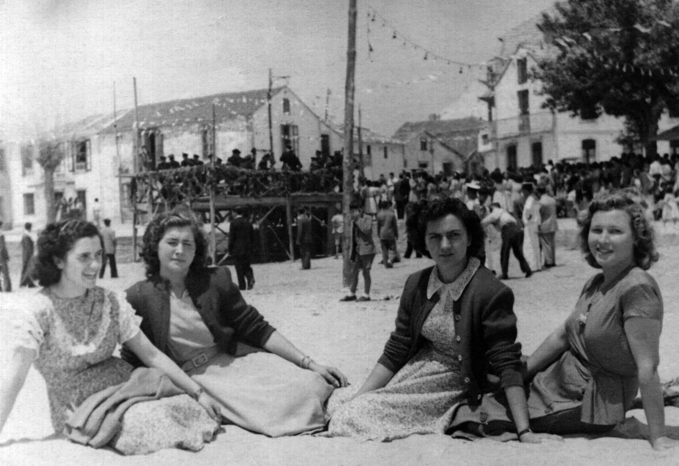 María Valtierra, Chona e Tonia Sanromán e outra amiga nas festas de San Xoán (Panxón) 24-6-1950.jpg