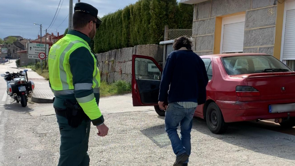 A Garda civil intercepta a dous homes que trataron de evadir un control