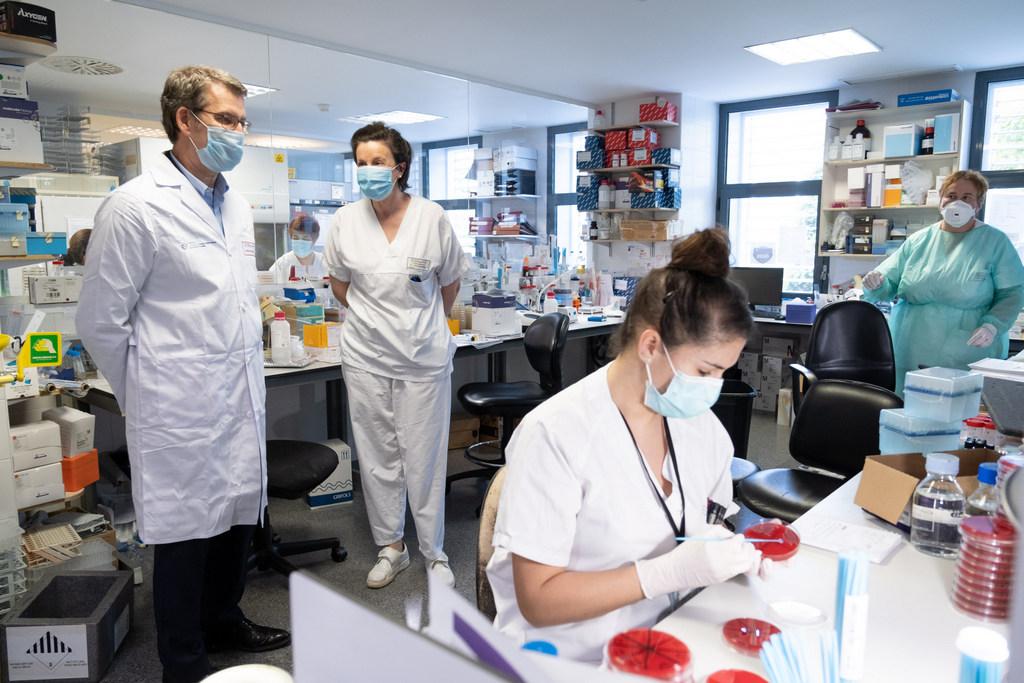O titular do Goberno visita o laboratorio de microbioloxía do Complexo Hospitalario Universitario da Coruña