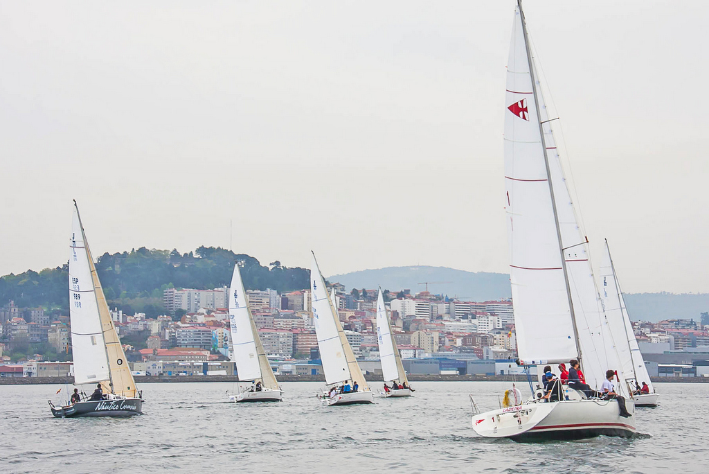 2021-04-23 – – Paso de los veleros del Trofeo Comunica por Vigo en una edición anterior – Foto © Rosana Calvo