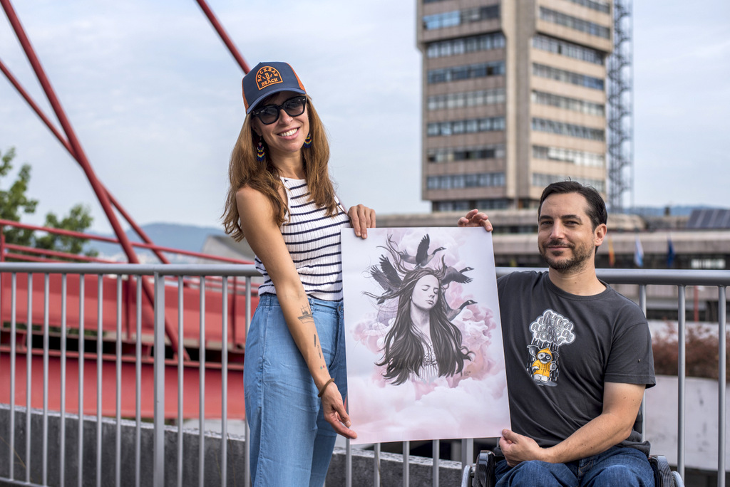 2021-09-15 – Lula Goce e Gonzalo Suárez posando co cartel do VI Festival de Cine Inclusivo