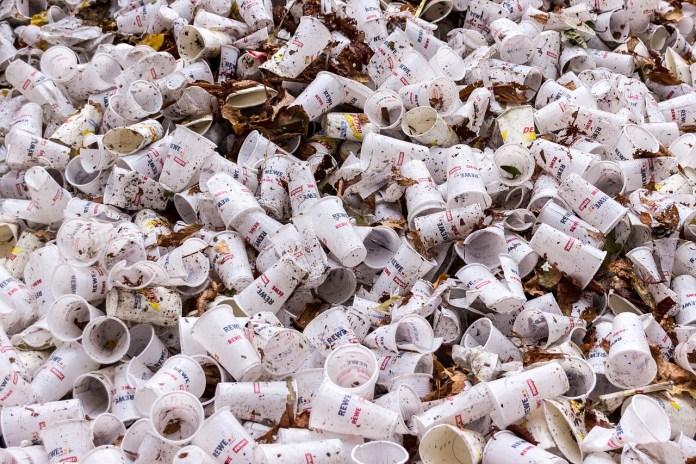 Piden más acción de los gobiernos para combatir plásticos desechables