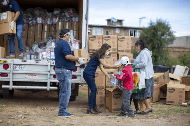 Santander y Zurich entregan apoyo a familias vulnerables