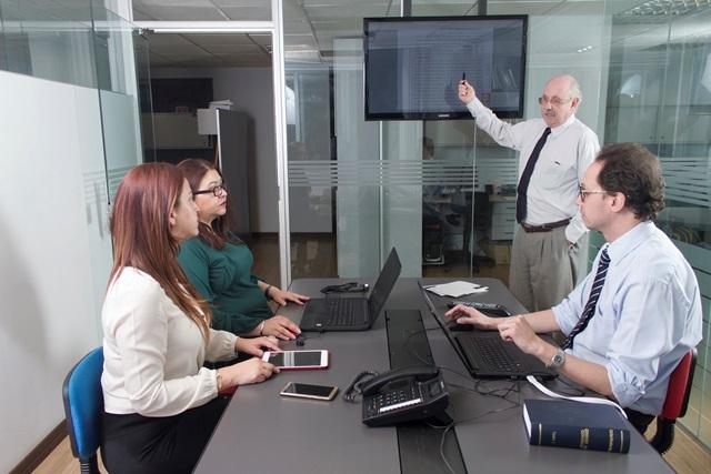 Especialistas en derecho empresarial se expanden en Bolivia.
