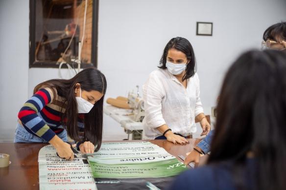 Impermeables con lona reciclada para personas sin hogar, creados por estudiantes de la UPSA.