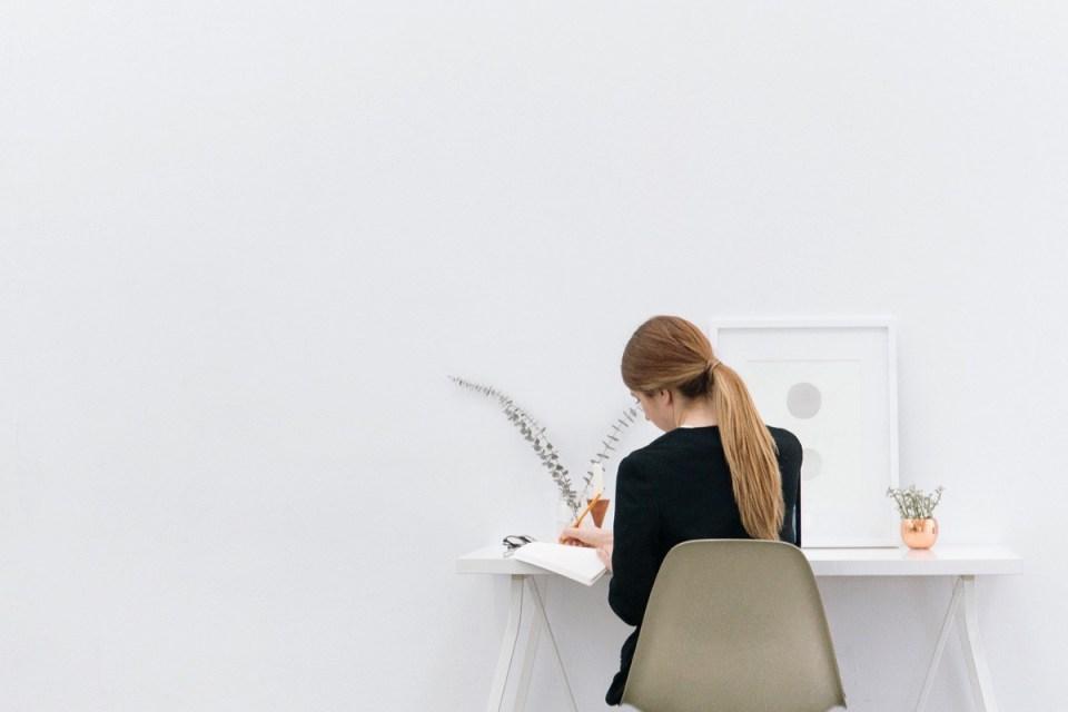 Femme travaillant à un bureau