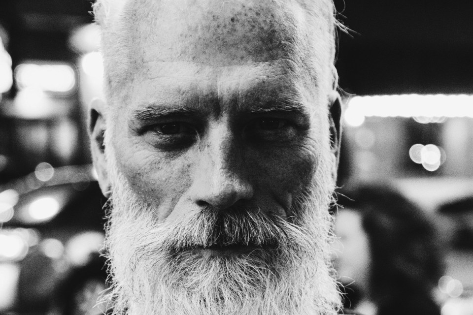 Homme à la barbe blanche