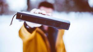 Homme tenant un livre