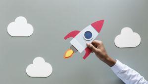 Main tenant une fusée en ascension