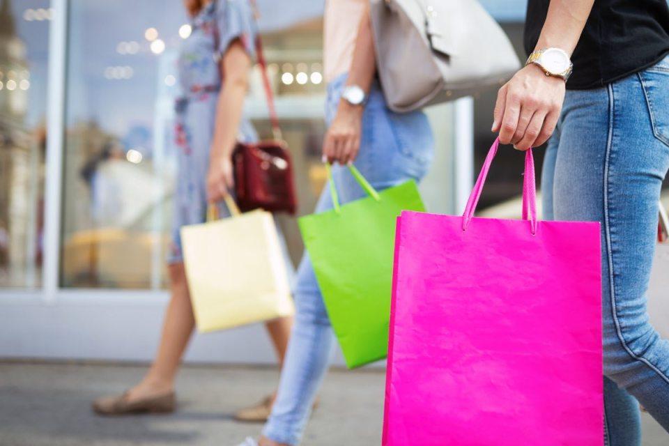 Femme faisant des achats