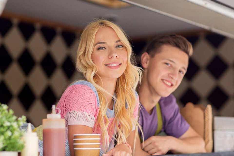 Jeunes vendeurs qui sourient